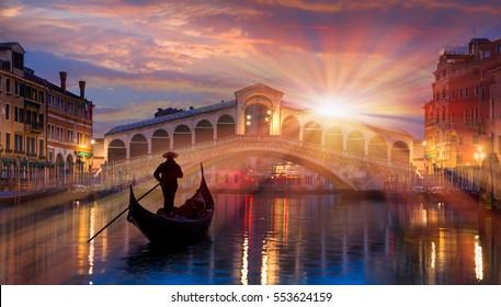 Gondel nahe Rialtobrücke in Venedig, Italien