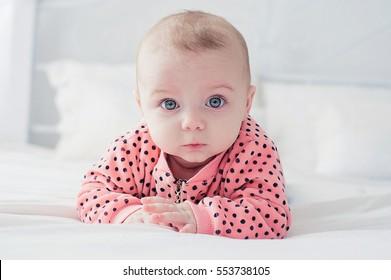 白いベッドの上のかわいい赤ちゃん