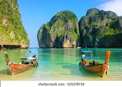 タイ、クラビ県、ピピレー島のマヤベイに停泊しているロングテールボート。ムーコピピ国立公園の一部です。