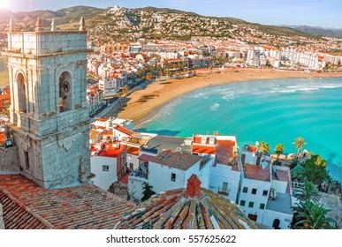 Blick auf das Meer aus der Höhe von Papst Lunas Schloss. Valencia, Spanien. Peniscola. Castell. Die mittelalterliche Burg der Tempelritter am Strand. Schöne Aussicht auf das Meer und die Bucht.