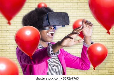 Afrikaans meisje met behulp van virtual reality-apparaat Vr-bril met rode ballonnen