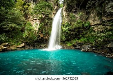 Majestätischer Wasserfall im Regenwalddschungel von Costa Rica. La Cangreja Wasserfall im Nationalpark Rincon de La Vieja, Guanacaste