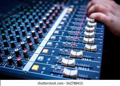 サウンドマネージャーは、オーディオミキサーの作業、曲の新しいミックスの準備、またはライブイベントの作業を行っています。
