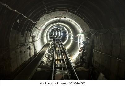 線路が機能する地下鉱山ピットトンネルギャラリー-地下輸送と接続を備えた産業コンセプト