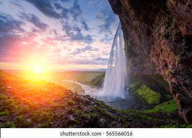 セリャランダ川、アイスランド、ヨーロッパのセリャラントフォス滝の日の出。