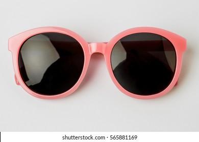 Gafas de sol frescas aisladas sobre fondo blanco, vista superior.