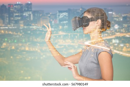 照らされた街並みの高角度のビューに対して仮想ビデオメガネを使用しながら身振りで示す若い女性の側面図