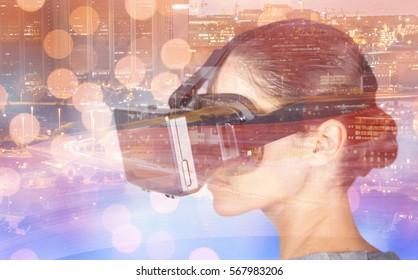 照らされた街並みに対して仮想ビデオメガネを使用しながら身振りで示す女性のクローズアップ