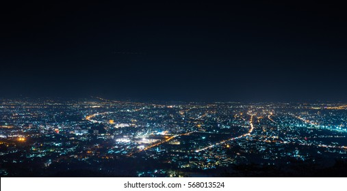 vista aérea, vista nocturna de la ciudad con cielo nocturno. vista nocturna de invierno natural en Tailandia