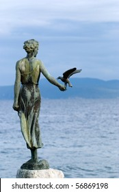 Sculpture of the woman and seagull with the sea in the background
