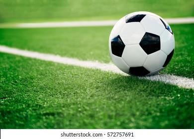 Traditioneller Fußball auf Fußballplatz
