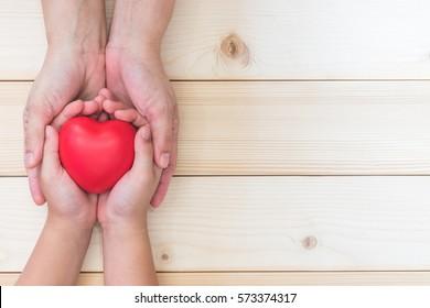 Я люблю тебя, мама, празднование Дня матери с родителями, женщина держит руки маленького ребенка, поддерживая красное сердце, благотворительное пожертвование csr для ухода за детьми и усыновления родителей, концепция семейного здравоохранения
