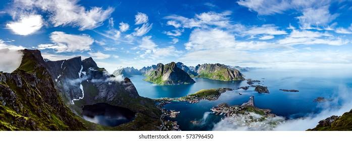 Panorama Lofoten ist ein Archipel in der Grafschaft Nordland, Norwegen. Ist bekannt für eine unverwechselbare Landschaft mit dramatischen Bergen und Gipfeln, offenem Meer und geschützten Buchten, Stränden und unberührtem Land.