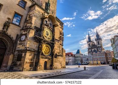 La Plaza de la Ciudad Vieja de Praga, República Checa, el amanecer del horizonte de la ciudad en la Torre del Reloj Astronómico nadie vacío