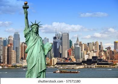 New York City Skyline Stadtbild mit Freiheitsstatue über Hudson River. mit Wolkenkratzern in Midtown Manhattan und einem Frachtsegelschiff in den USA, Amerika.