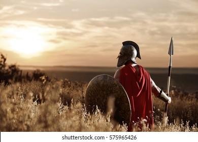 Guerrero con casco de hierro y capa roja.