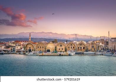 Panorama des schönen alten Hafens von Chania mit dem erstaunlichen Leuchtturm, bei Sonnenuntergang, Kreta, Griechenland.