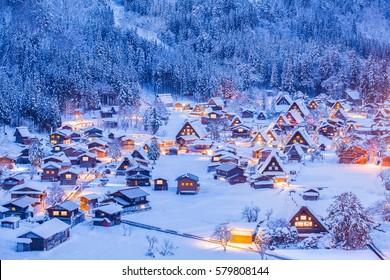 Pueblo de Shirakawago, declarado Patrimonio de la Humanidad, e iluminación de invierno
