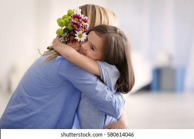 家で母親に挨拶するかわいい女の子。母の日のコンセプト