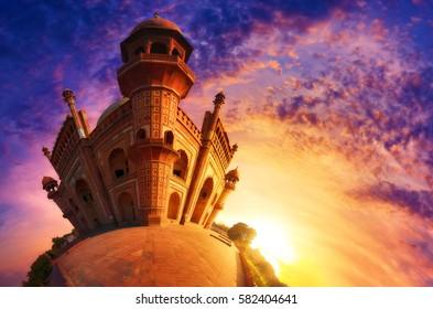 日没時のニューデリーのムガル帝国の遺産記念碑サフダルジャング墓の小さな世界の写真。漫画シリーズ、アラジンのアグラバを彷彿とさせる。