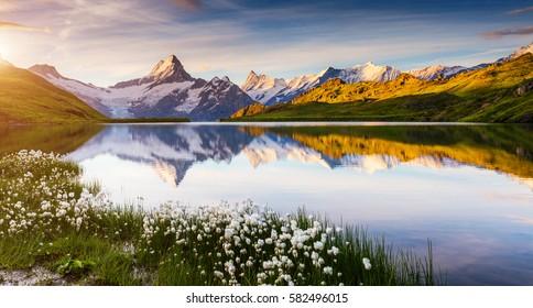 バチャープゼー湖の上のベルニーズ山脈の素晴らしい景色。ドラマチックで美しいシーン。人気の観光スポット。ロケーションスイスアルプス、グリンデルヴァルトバレー、ヨーロッパ。芸術的な写真。美の世界。