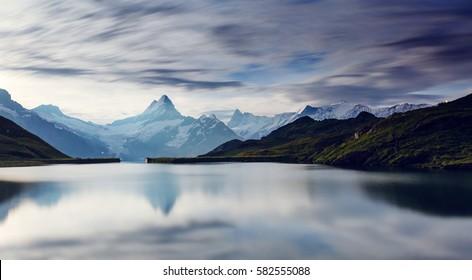 Hohe Berggipfel, die im Mondlicht leuchten. Dramatische Szene. Standort Ort Bachalpsee in den Schweizer Alpen, Grindelwaldtal, Berner Oberland, Europa. Künstlerisches Bild. Entdecken Sie die Welt der Schönheit.