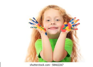 Porträt eines niedlichen Mädchens, das ihr Gemälde genießt. Bildung. Isoliert über weißem Hintergrund.