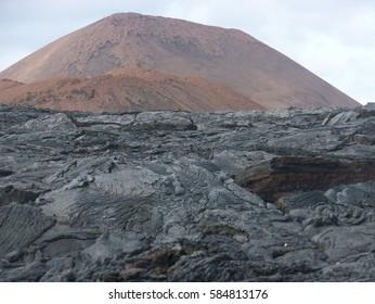 Gehärteter Vulkankegel aus Lava und rotem Tuff in der Sullivan Bay auf James Island, Galapagos-Inseln