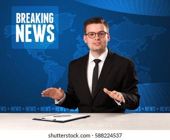 Presentador de televisión en frente diciendo noticias de última hora con concepto de fondo moderno azul