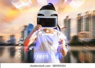 バーチャルリアリティ、VR、VRゴーグルヘッドセットを身に着けている子供がカーレースゲームをプレイすることによって示される概念