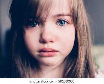 traurig beleidigtes Mädchen weint