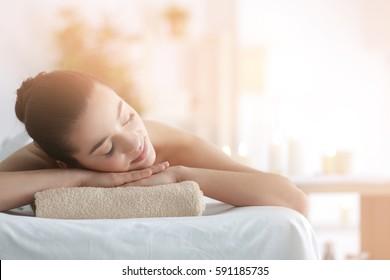 Hermosa mujer joven en el salón de spa
