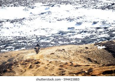 Motorfiets loopt de bergsneeuw op