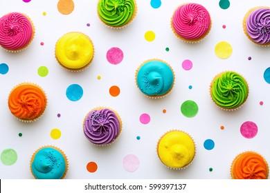 Cupcakes de colores sobre un fondo blanco.