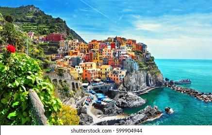 Schöne Aussicht auf die Stadt Manarola. Ist eines von fünf berühmten farbenfrohen Dörfern des Cinque Terre Nationalparks in Italien, das zwischen Meer und Land auf steilen Klippen liegt. Ligurien Region von Italien.