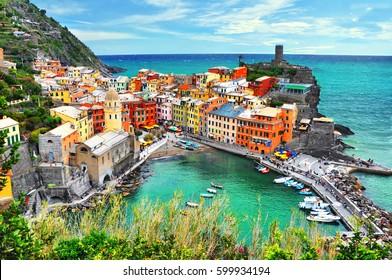 Schöne Aussicht auf Vernazza. Ist eines von fünf berühmten bunten Dörfern des Cinque Terre Nationalparks in Italien, zwischen Meer und Land auf steilen Klippen aufgehängt. Ligurien Region von Italien.