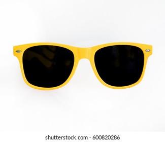 Gafas de sol amarillas fondo blanco