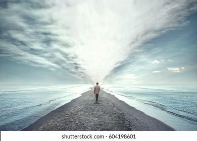man loopt tussen twee zeeën