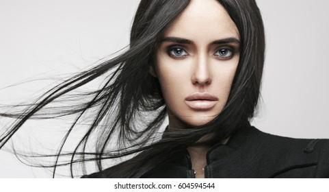 Retrato de moda de belleza de joven hermosa chica morena con pelo largo y recto negro volando. Magnífico cabello. Ojos Humeantes. Estilo de moda.
