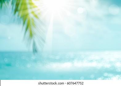 ボケ太陽の光の波の抽象的な背景を持つ熱帯のビーチで美しい自然の緑のヤシの葉をぼかします。夏休みと出張のコンセプトのコピースペース。ヴィンテージトーンフィルター効果カラースタイル