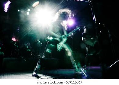Rockstar spielt Gitarre beim Musik-Live-Konzert