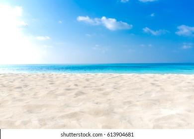 Leerer tropischer Strandhintergrund. Horizont mit Himmel und weißem Sand