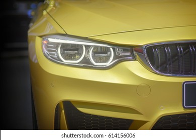 黄色い車のフロントランプ