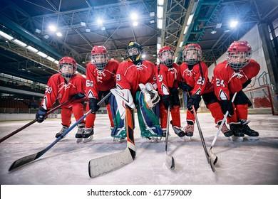 Jugendhockeymannschaft - Kinder spielen Eishockey