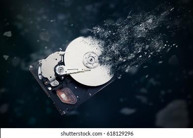 El viejo disco duro se está desintegrando en el espacio. Concepción del paso del tiempo y tecnología obsoleta.