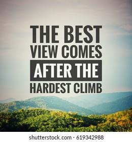 Inspirierendes Motivationszitat Die beste Aussicht ergibt sich nach dem härtesten Aufstieg auf dem Naturhintergrund.