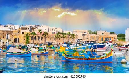 Marsaxlokk Dorfhafen von Malta, beleuchtet von Sonnenuntergangslicht