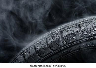 霧の中の水滴で覆われた車のタイヤ