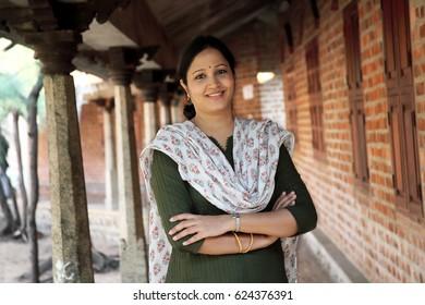 Arme verschränkten fröhliche junge Inderin im Freien