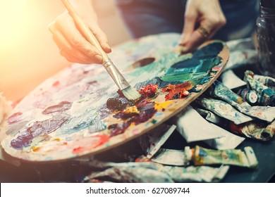 Künstlerpalette, Nahaufnahme. Selektiver Fokus auf den Vordergrund. Hintergrundbild.